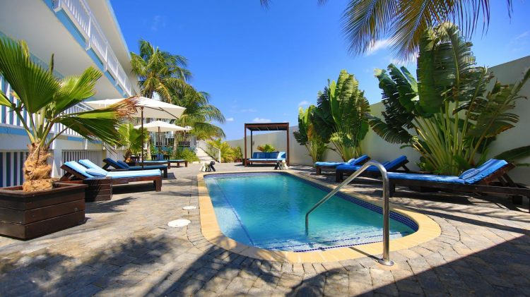 Zwembad Dolphin Suites op Curacao